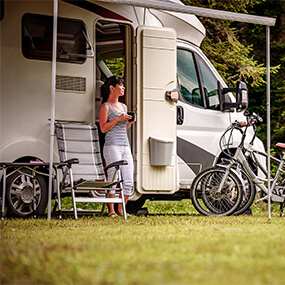 Femme camping car