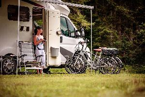 Vacances camping car avec vélos femme - EVAGO Location camping car