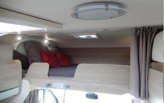 Intérieur couchage camping car Chausson capucine 7 personnes - EVAGO Location