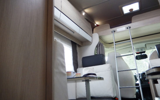 Intérieur camping car Chausson Capucine 7 places - EVAGO Location camping car