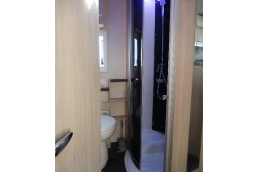 WC Douche camping car Chausson capucine 7 personnes - EVAGO Location