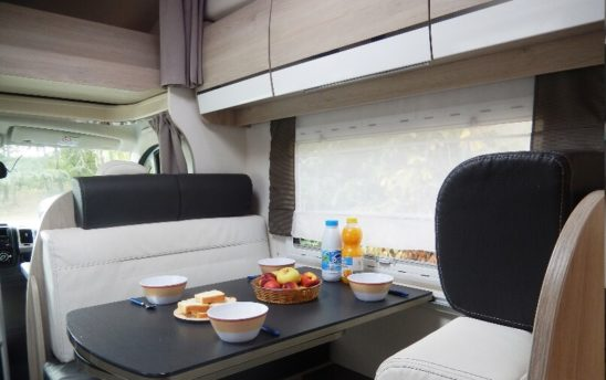 Intérieur table camping car Chausson 7 places - EVAGO Location camping car