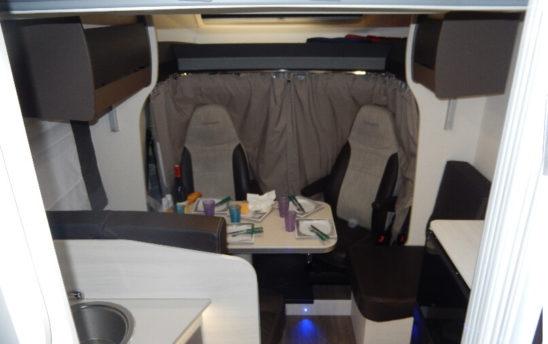 Espace séjour camping car Profilés Chausson 4 places - EVAGO Location camping car