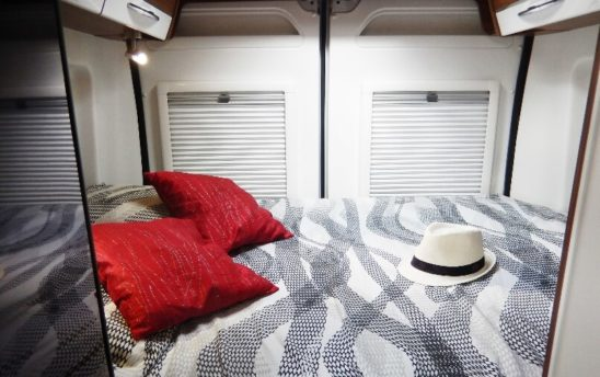 lit intérieur Vans fourgon aménagé 3 places - EVAGO Location camping car