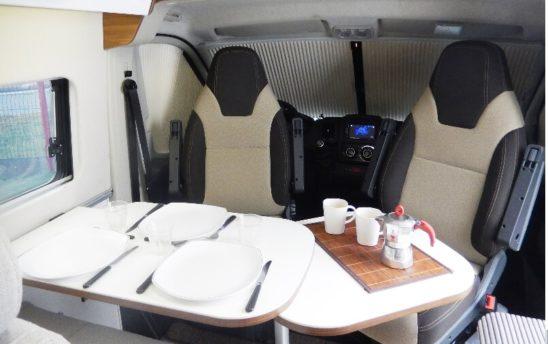 espace salon repas table Vans fourgon aménagé 3 places - EVAGO Location camping car