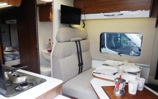 espace tv repas table Vans fourgon aménagé 3 places - EVAGO Location camping car
